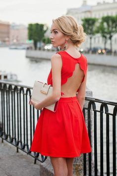 Robe rouge courte dos nu