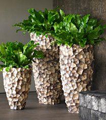 planten in stoere potten op zuil prachtig  bloemen