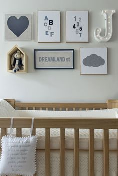 Quarto de bebê - Decoração moderninha - branco azul cinza e madeira clara - quadrinhos ( Projeto: Triplex Arquitetura )
