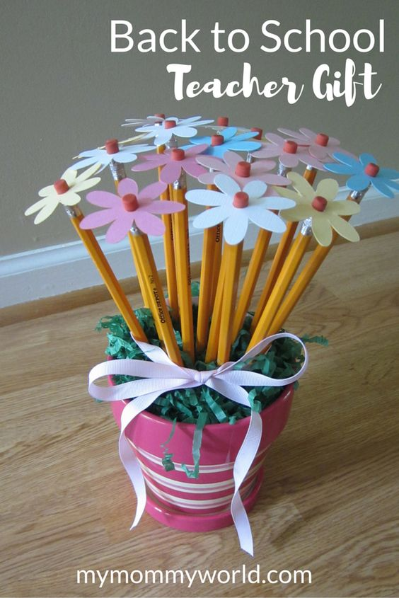 What teacher would't like to have a pretty bouquet of flowers on their first day back to school? This DIY Back to School Teacher Gift is easy to make and inexpensive, but will be sure to bring out a smile.: