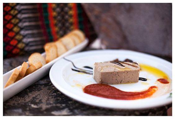 paté de perdiz con confitura de tomate aceite de oliva virgen extra y biscotes