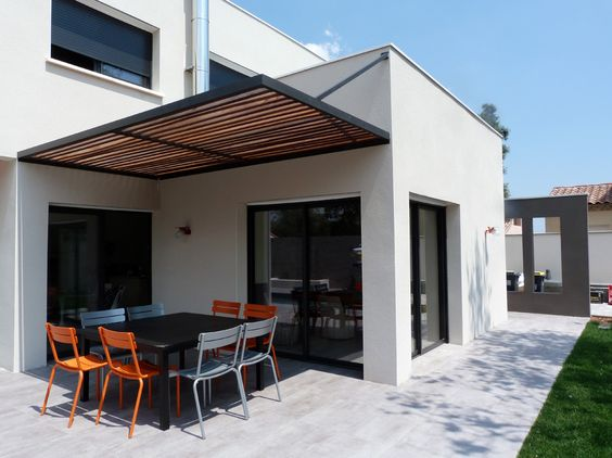 Espace Repas Sur La Terrasse Exterieure Protegee Du Soleil Par Une Pergola Metal Et Bois