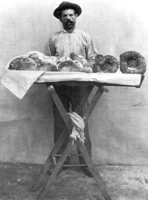 Vendedor de pão doce. Rio de Janeiro, 1895. Foto de Marc Ferrez.: