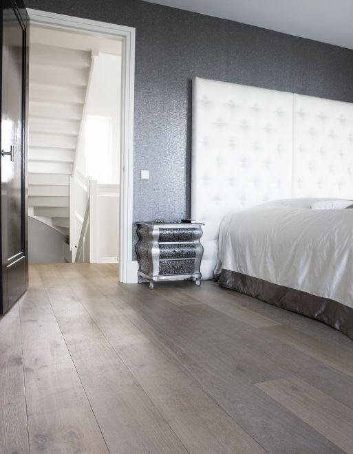 Houten vloer in slaapkamer  de vloerdelen zijn eerst