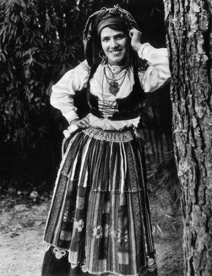 """A origem dos bordados de Viana do Castelo está intimamente ligada aos trabalhos realizados em trajes da região: """" O Traje à Vianesa """" ou """" Traje à Lavradeira"""":"""