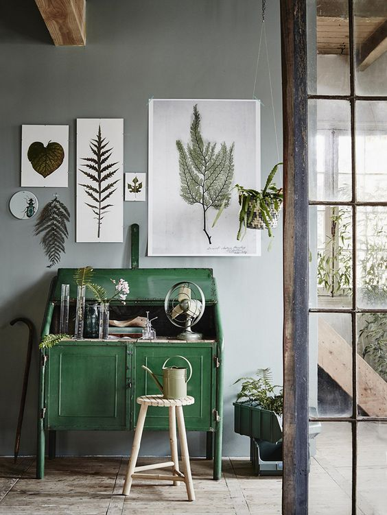 It might seem overdone, but botanical prints look even better when combined with green furniture and plants. It will work in a minimalist interior, but also in a more rustic one.: