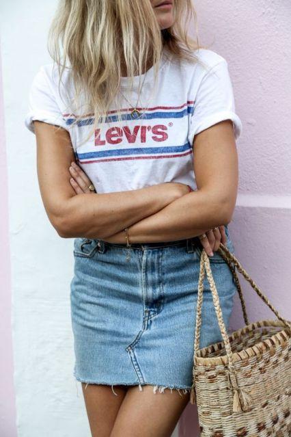 Es gehört zu den absoluten Mode-Must-haves und ist obendrein auch noch herrlich günstig: das weiße T-Shirt. Wie modische Frauen das Basic jetzt kombinieren und welche Shirts Trend sind...: