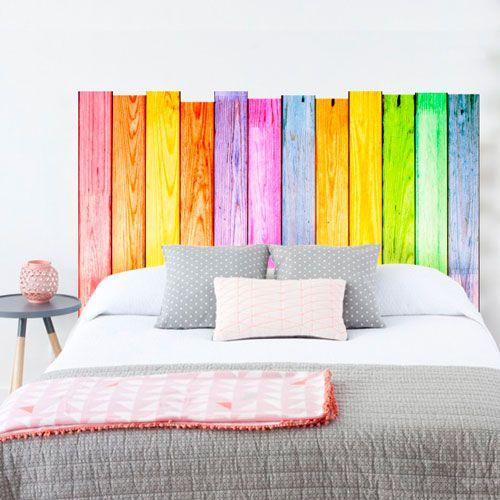 Vinilo decorativo de listones de madera, con colores alegres para decorar el cabecero de tu cama de un modo muy alegre.: