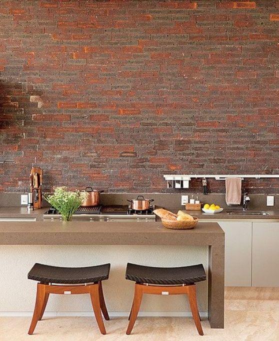 Aberta para a área externa, esta cozinha gourmet recebeu o acabamento igual ao da fachada da casa. Responsável pelo projeto, o arquiteto João Armentano cobriu as paredes com os tijolos estilo inglês.: