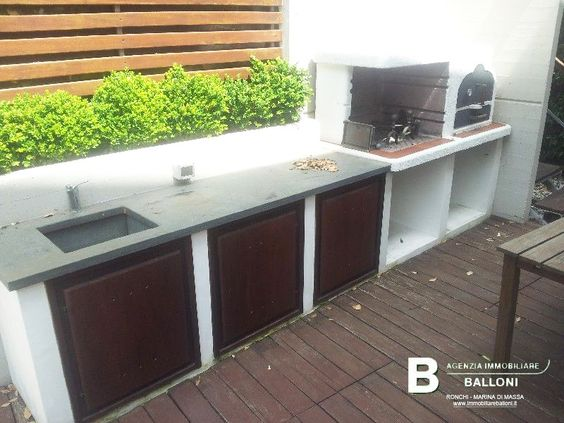 Seconda cucina esterna in muratura con forno a legna e barbecue  Quadrifamiliare a Marina di