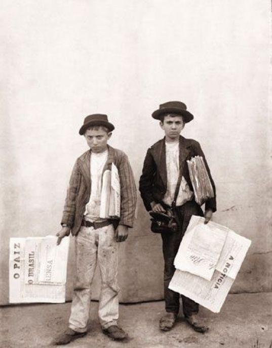 Vendedores de jornal. Rio de Janeiro, 1895. Foto de Marc Ferrez.:
