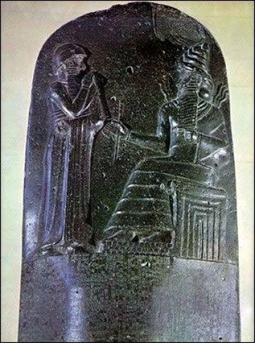 Escultura de piedra muestra Hammurabi, rey de Babilonia, antes de una deidad. Creó uno de los primeros códigos legales escritos, alrededor del año 1800 aC: