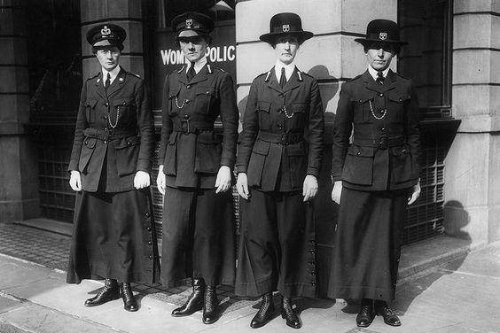 1916: mulheres da Polícia Britânica posando para câmera durante a Primeira Guerra Mundial (Foto: Getty):