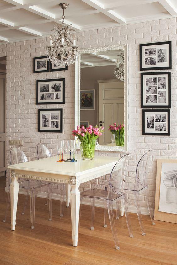 """Mesa de jantar (ou da copa) é um local onde todos os moradores sentam para fazer suas refeições e repor as energias. """"Mesa farta, cheia de alimentos, é uma mesa próspera."""" Por isto, ter um espelho refletindo a mesa é dobrar a prosperidade. Para atrair ainda mais prosperidade, coloque sobre a mesa uma bela fruteira cheia de frutas ou, então, flores vermelhas e amarelas. Um espelho (consagrado à lua e ao sol) de frente para a mesa de jantar, para trazer abundância e prosperidade.:"""