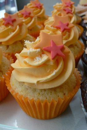 Coconut cupcakes with mango buttercream: