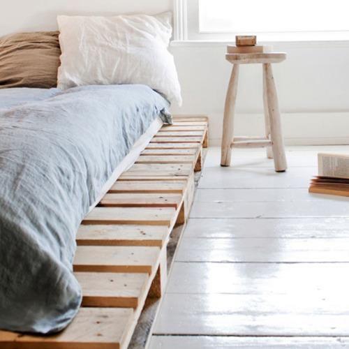 una cama japonesa con palés: