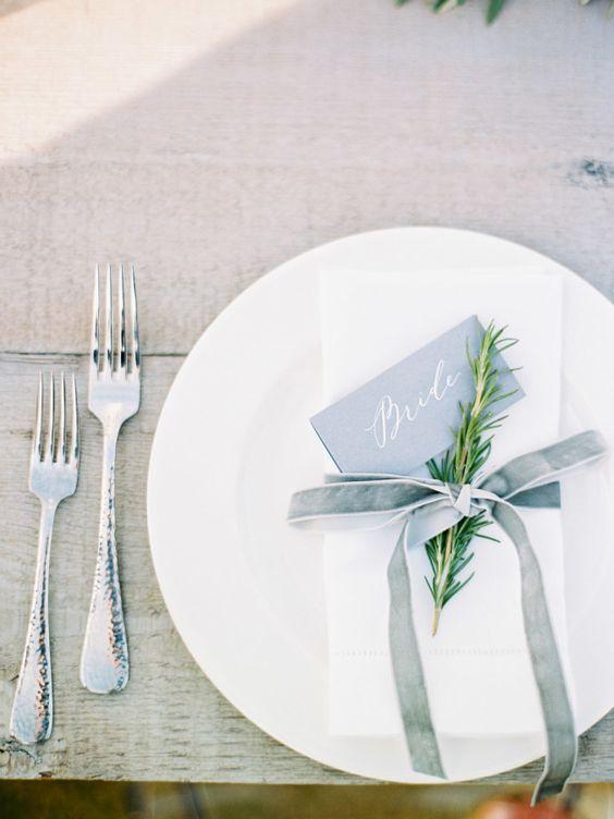 Beachy + minimalist place settings: http://www.stylemepretty.com/2016/03/14/modern-minimalist-rosemary-beach-wedding-in-florida/ | Photography: Lauren Kinsey - http://laurenkinsey.com/: