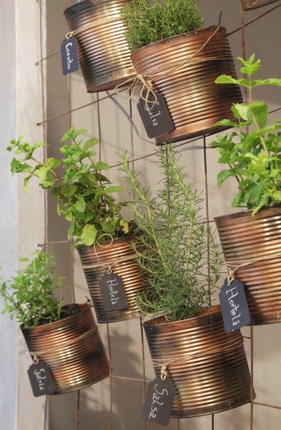 Possui muitas latas em casa? Que tal dar um bom fim útil a elas. Confira essa inspiração de jardim vertical com latas. Mais: