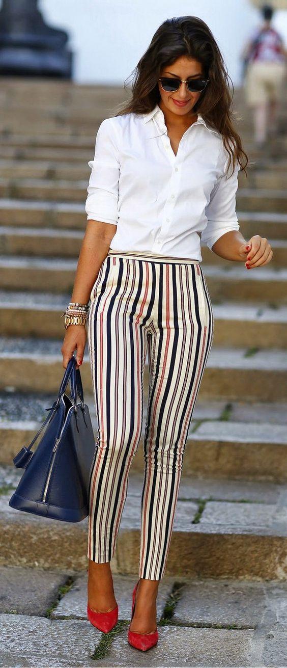 Pantalon rayé et chemisier blanc