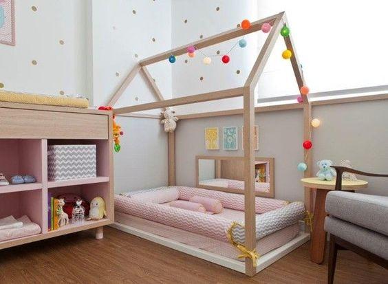 Quarto Montessoriano - O objetivo é oferecer um lugar com móveis e objetos na altura dos olhos da criança para que ela possa desenvolver a sua autonomia e liberdade com segurança: