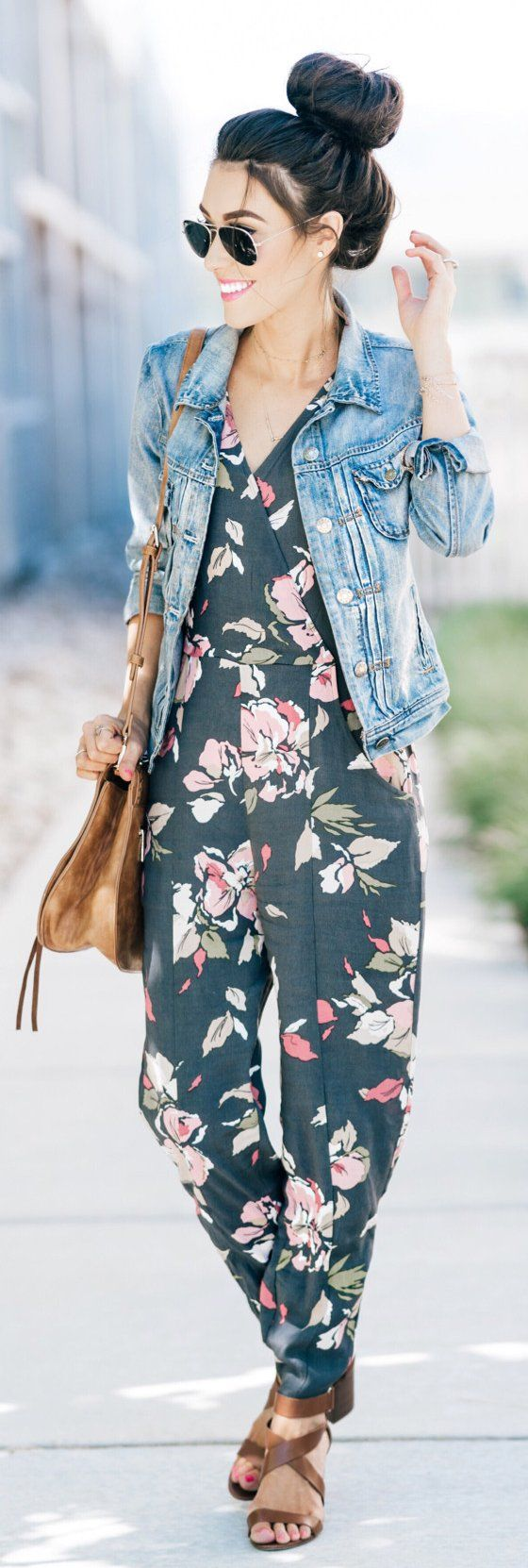 #summer #outfits Excited à partager sa trousse amusante sur le blog aujourd'hui!  Parlez d'une tenue pour vendredi!  J'adore cette combinaison!  Le motif, l'ajustement, et que vous pouvez l'utiliser pour autant d'occasions.  Plus de détails et de liens sur le blog, mais c'est seulement 78 $!  // Veste Denim + Combinaison Florale + Sandales Marron