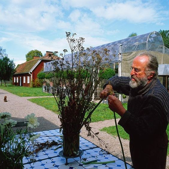 This Sunday Tage Andersen will perform one of his favorite doings - to compose with flowers! The event will be accompanied by operasinger Grith Fjeldmose at 5 pm in the Orangerie at Gunillaberg. The following two weeks his floral compositions will be staged in Gunillabergs magical scenery. Tickets for the event on Sunday the 14th of august 5 pm are SEK 450,- (includes entrance to Gunillaberg and an aperitif) can be bought at Gunillaberg - for reservation call the number 0046 (0)36 202 36 #ta...: