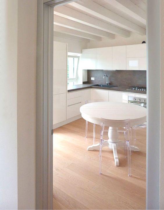 Nuova realizzazione cucina Febal con gola laccata lucida bianca e tavolo legno Scandola