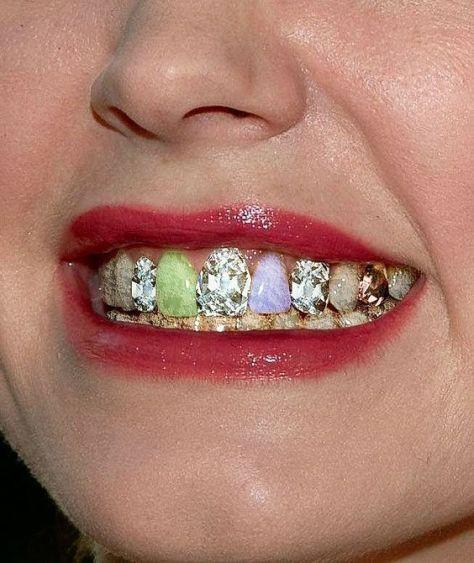 Imaginem se virar moda colocar pedras preciosas e semi-preciosas no lugar dos dentes, ou capinhas imitando essas pedras, ja que ja existem os pierces de dentes, olha ai uma nova idéia....oque acham de receber um sorriso assim de alguém?: