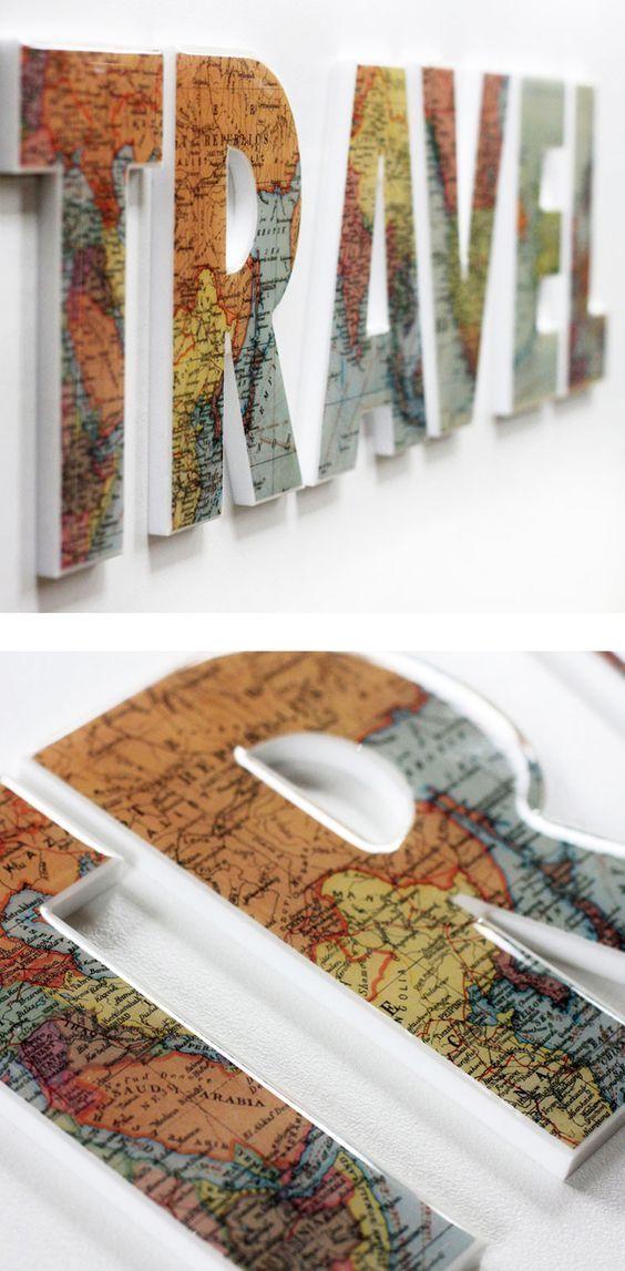 """Quadro formado com a palavra """"travel"""" e estampa do mapa-mundi"""