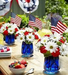 just love this simple table top decor setup. perfect for your Memorial Day party celebration: