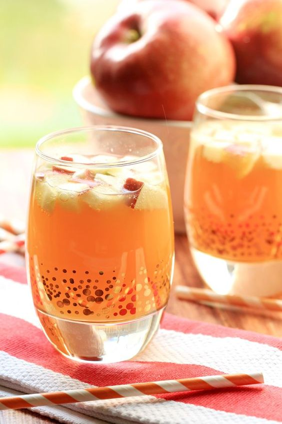 Non-Alcoholic Drinks for Thanksgiving - Non-Alcoholic Apple Pie Punch | http://www.roseclearfield.com