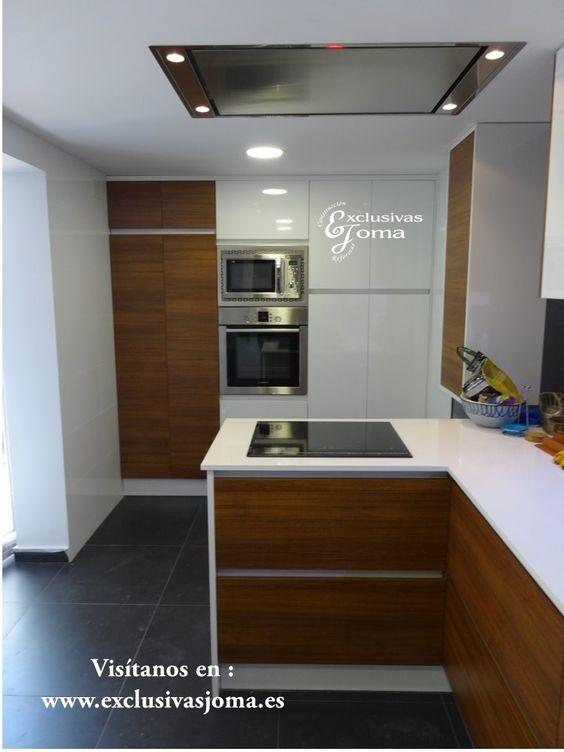 Reforma de cocina integral de chalet en Tres Cantos Muebles de cocina combinados en madera y blanco alto brillo con tirador gola blanco de la
