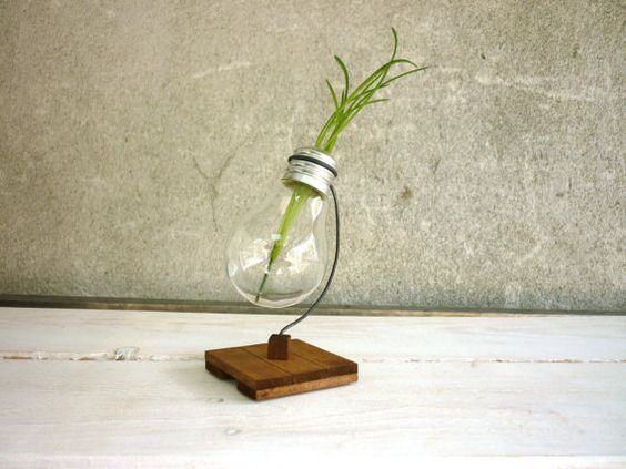 Bulb vase alpha - recycled light bulb vase wooden stand upcycled holder for flowers from metal and wood and lightbulb Paladim Handmade: