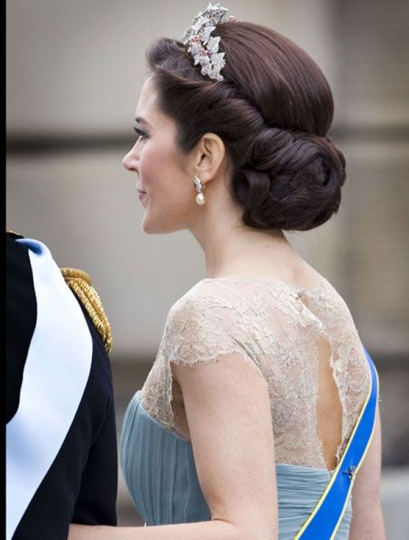 Hair inspiration, but with a veil pinned to the hair not a tiara.: