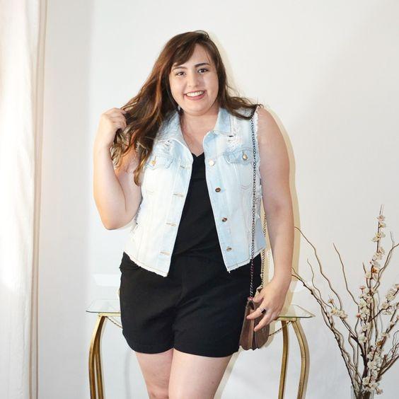 Look plus size com colete jeans: