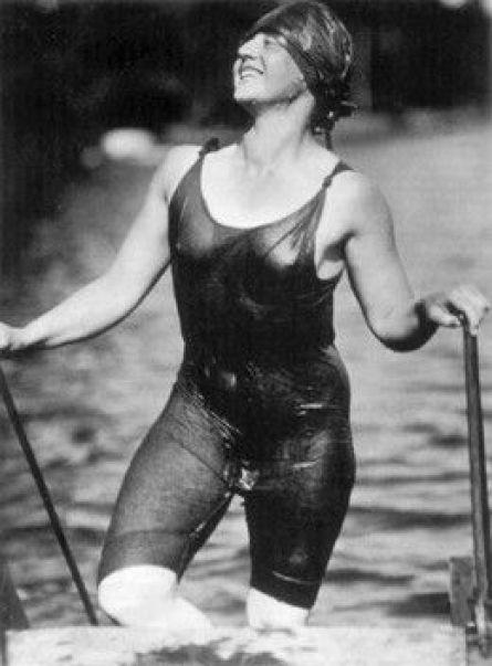 Maiô em 1916, dando os primeiros sinais da modelagem do corpo (especialmente os femininos).: