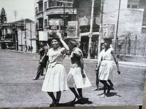 As mulheres com latas d'água na cabeça atravessando a Rua Humaitá, a caminho da já extinta Favela Macedo Sobrinho, eram tão comuns na paisagem urbana como os jovens que hoje lotam os ônibus nos domingos de sol a caminho de Copacabana ou Ipanema.: