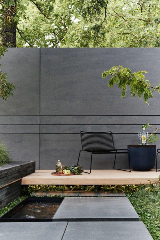 una semplice pavimentazione in legno e una fontana dal design moderno creano un ambiente vagamente zen, accogliente ed esteticamente interessante