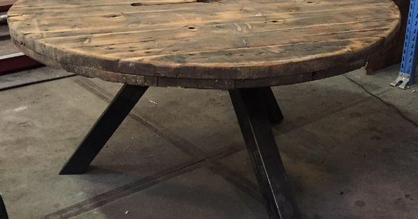 Ronde tafel gemaakt van een kabel haspel met industrieel