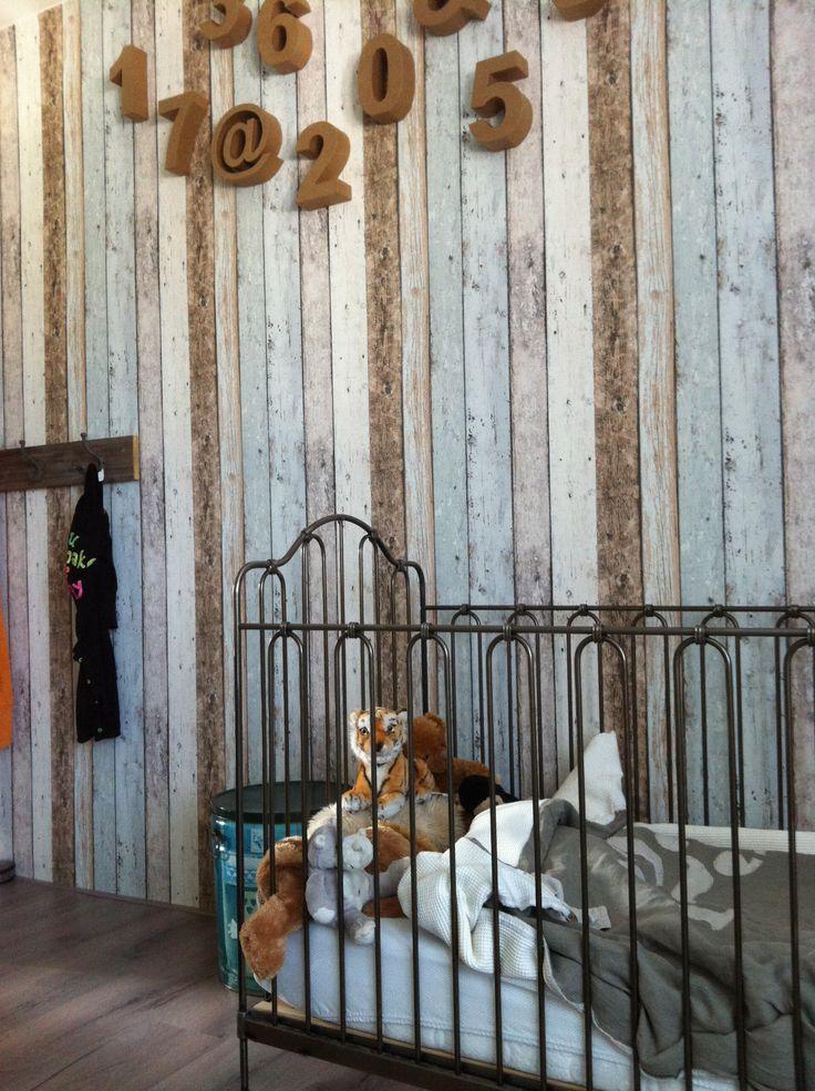 Finns slaapkamer Gietijzeren bedje met drijfhout behang