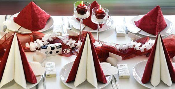 Tischdekoration zur Hochzeit in Bordeaux und Wei  Deko