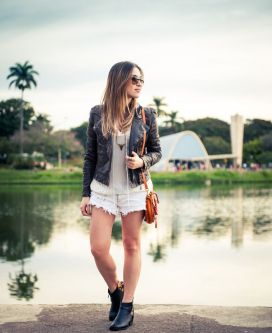 Lu Ferreira, BH. Look com shorts, botinha e jaqueta de couro.