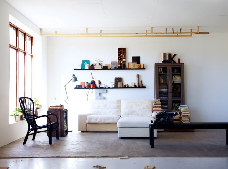 IKEA sterreich Inspiration Wohnzimmer Sofa KARLSTAD Vitrinenschrank HEMNES Bank BJURSTA