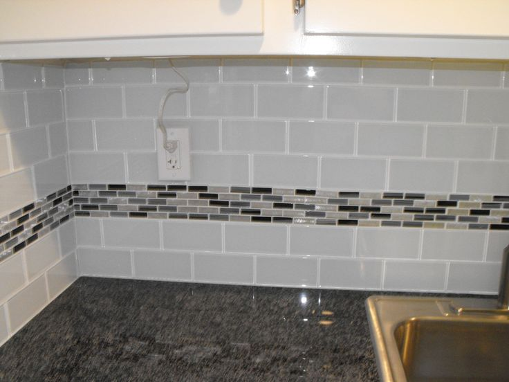 Glass Countertops Canada (22) Light Grey Subway, White Grout, With Decorative Line