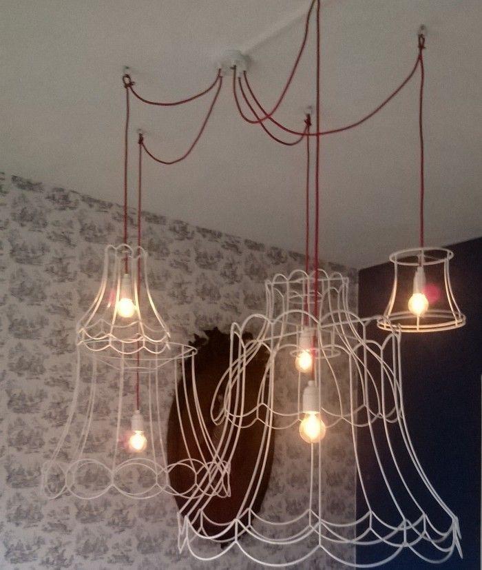 supergave lamp boven eettafel van oude lampenkappen en