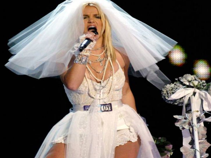 10 Ugliest Celebrity Wedding Dresses - Suggest.com