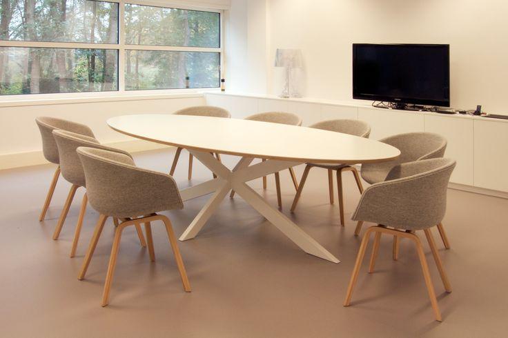 Ovale vergadertafel Crux met stoel About A Chair van HAY