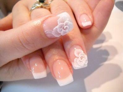 Manicura de novia con preciosas flores