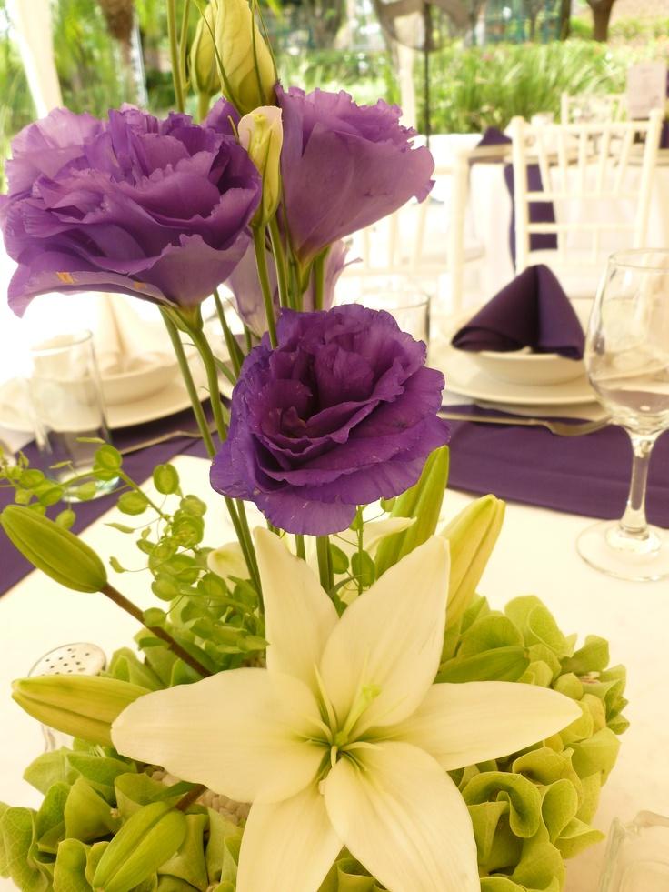 Centro de mesa en morado y blanco de Florera el Paraso