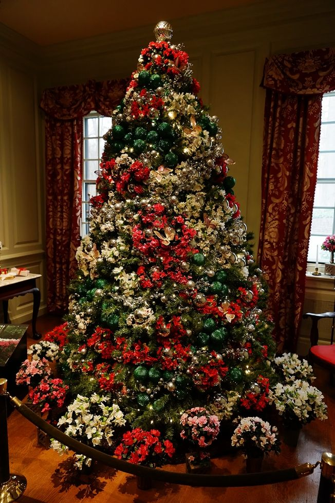 Winterthur Redbourne Stair Hall Christmas Tree 2012 The Tree Topper CC BYNCND 30